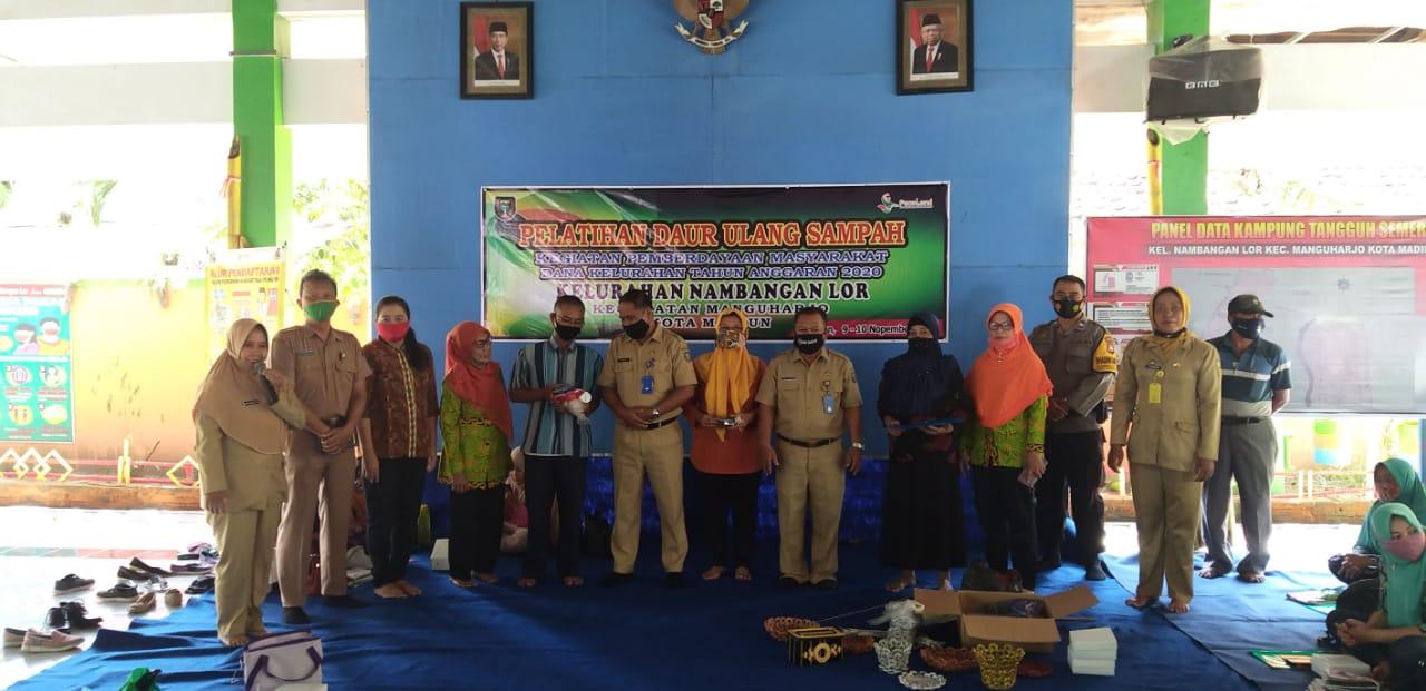 Untuk Pemberdayaan Masyarakat maka Kelurahan Nambangan Lor mengadakan pelatihan Daur Ulang Sampah dengan peserta sejumlah 32 orang